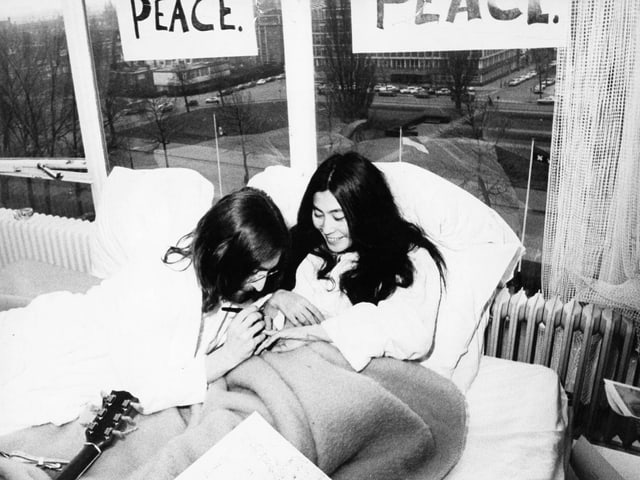 John Lennon und Yoko Ono im Bett.