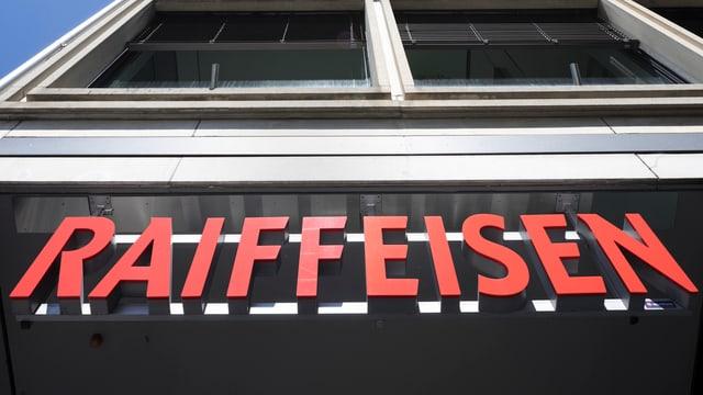 Raiffeisen-Logo an Gebäude von unten