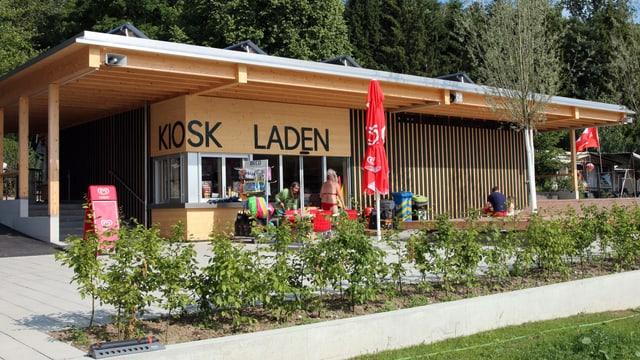 Neubau aus Holz, angeschrieben mit Kiosk Laden