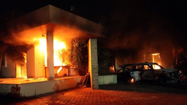 Brennendes Gebäude in der Nacht