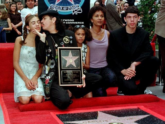 Carlos Santana auf dem Walk of Fame mit seinen Kindern und seiner ersten Frau.