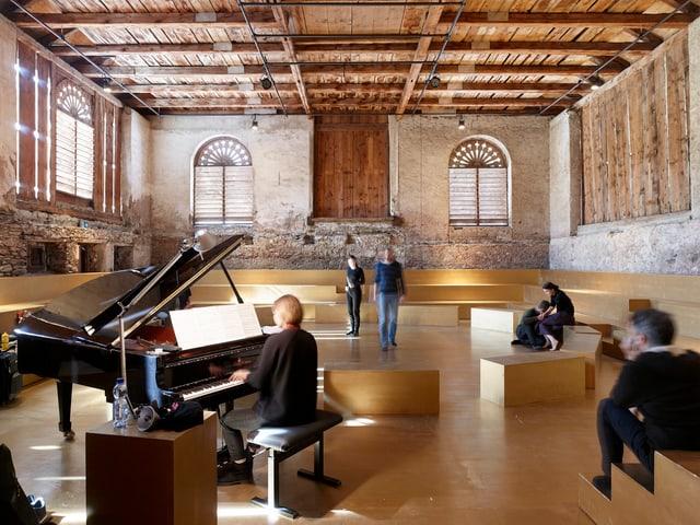 Leute in einem grossen Saal spielen Instrumente.
