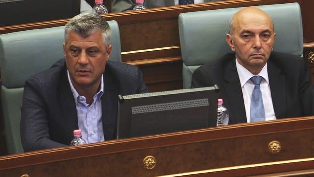 Thaci und Mustafa sitzen im Parlament.