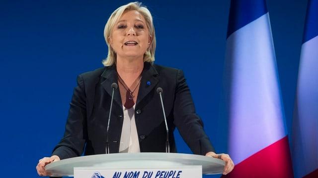 Marine Le Pen an einem Rednerpult