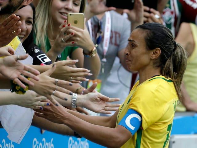 Marta bedankt sich nach der Niederlage bei den Fans.