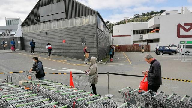 Social Distancing vor einem Supermarkt in Neuseelands Hauptstadt Wellington.