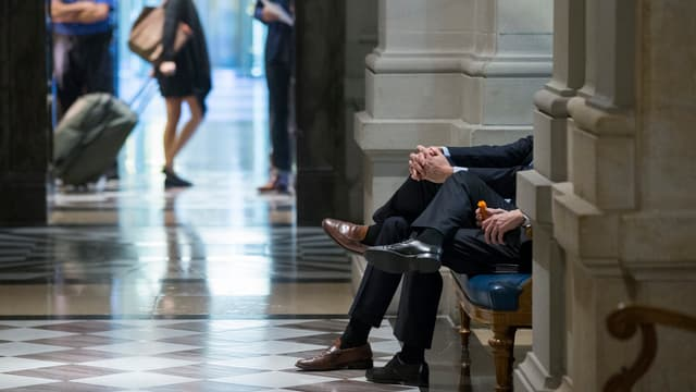 Ein Rüebli in der Pause. Auch in den Gängen des Bundeshauses halten die Gespräche an.