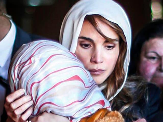 Königin Rania nimt einen Familienangehörige in den Arm