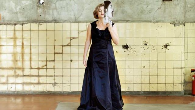 Portrait Silke Gäng in blauem Abendkleid.