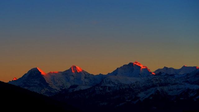 Wolkenlose Abendstimmung am 17. Dezember über dem Berner Oberland.