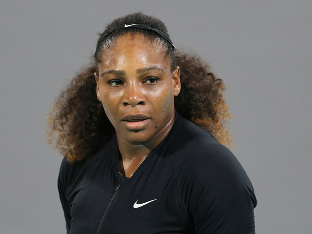 Serena Williams mit grimmiger Miene.