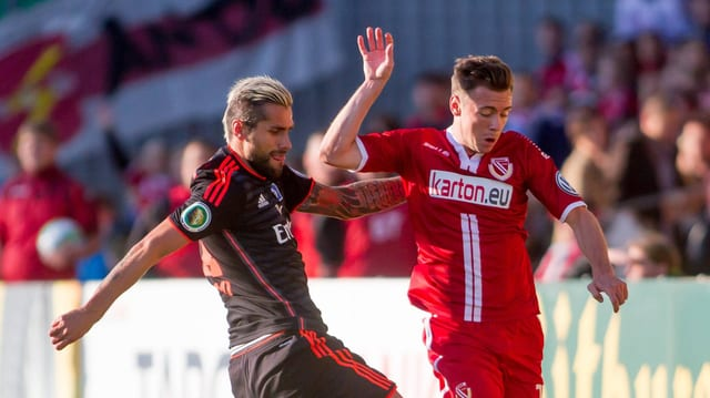 Der Schweizer Internationale Valon Behrami im Duell mit Cottbus' Nikolas Ledgerwood.