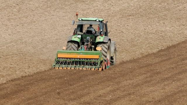 Ein Bauer bestellt sein Feld.