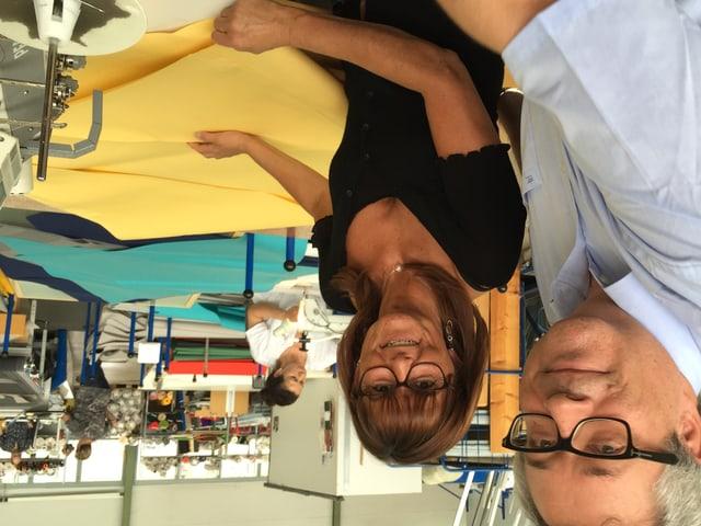 Markus Glatz mit einer seiner Näherinnen in der Sonnenschirmfabrik in Frauenfeld.