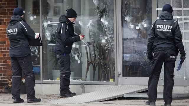 Policists vida investigar en in dals lieus dals attentats a Copenhagen.