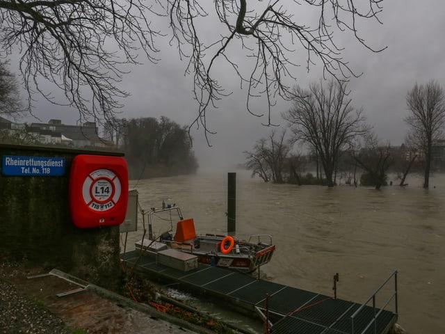 Bootssteg mit einem Rettungsboot am Rhein.