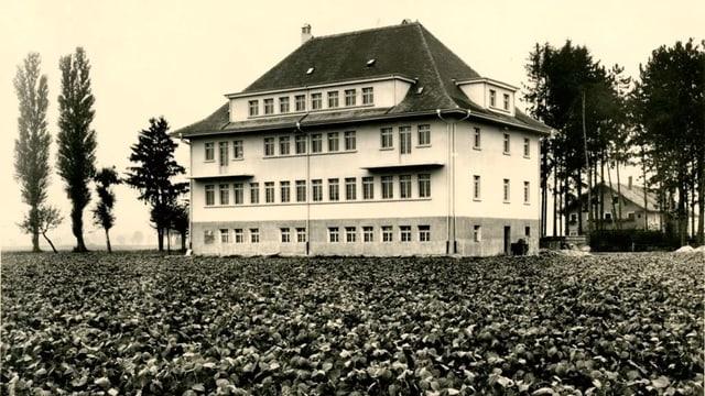 Eine alte Fotografie eines Hauses.