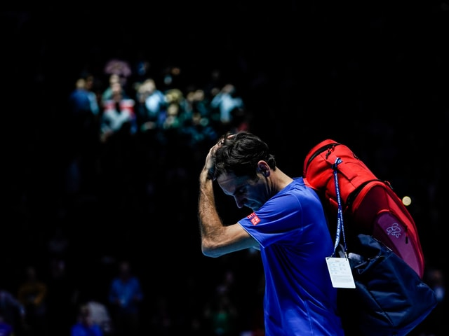 Roger Federer schreitet bedröppelt vom Court.