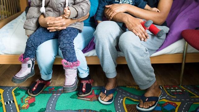 Famiglia da l'Eritrea en il center d'asil a Tavau.