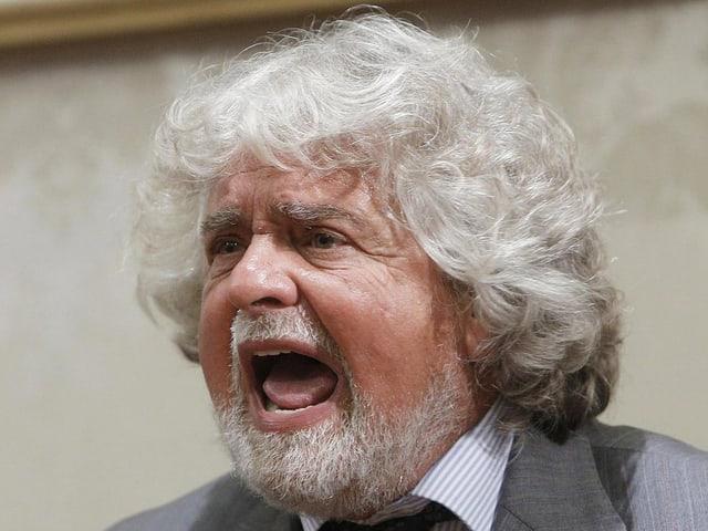 Grillo am Schreien während einer Pressekonferenz.
