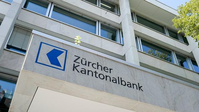 Einganz in eine ZKB-Filiale mit Logo.
