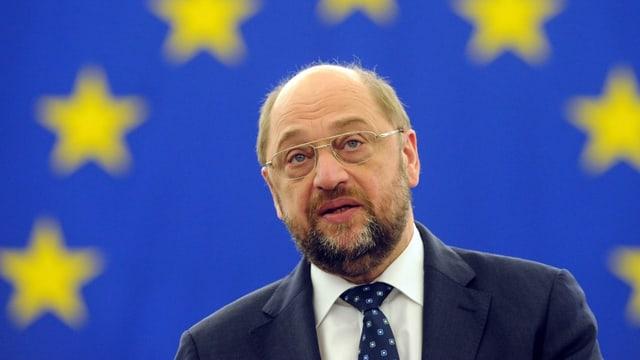 Martin Schulz vor einer EU-Flagge.