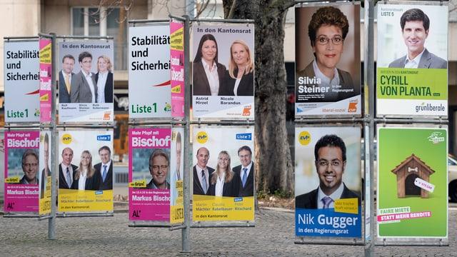 Wahlplakate auf einem öffentlichen Platz in Zürich.