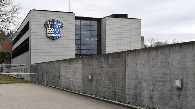 Polizeigebäude mit grauer Mauer