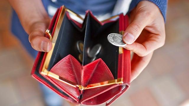 Blick in ein fast leeres Portemonnaie.