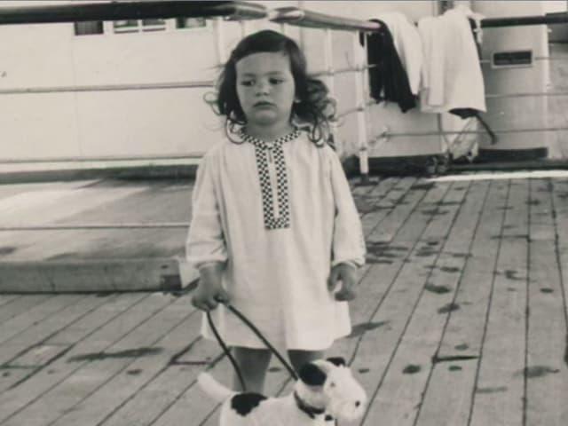 Mädchen mit Hund auf Schiff.