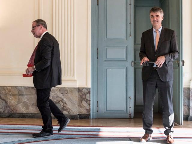 Zwei Männer, einer davon kehrt sich ab und geht.