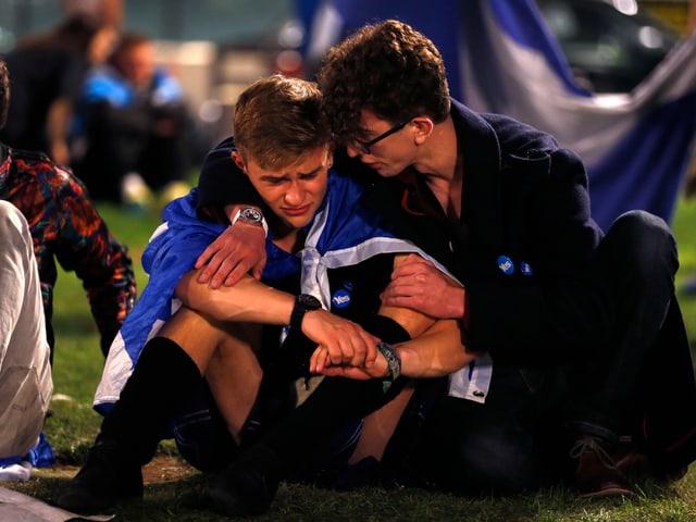Zwei junge Männer trauern in Glasgow