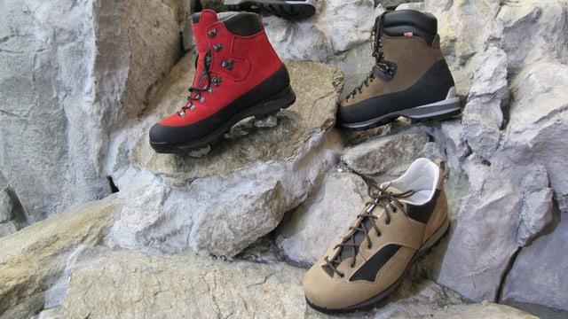 Drei verschiedene Wanderschuh-Modelle auf einem Felsen