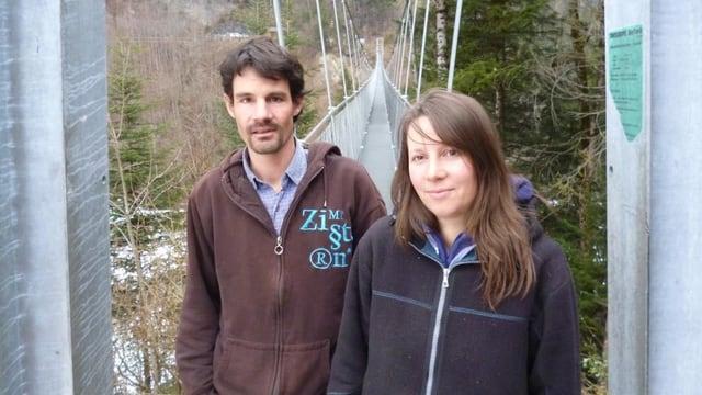 Karin und Martin Wäfler stehen vor ihrer Seilbrücke bei Frutigen.
