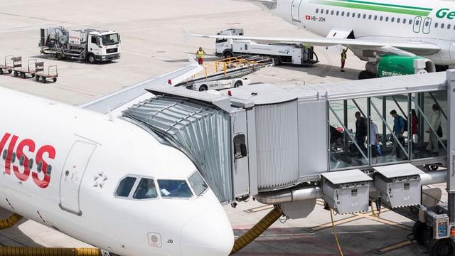 Passagiere besteigen ein Flugzeug der Swiss.