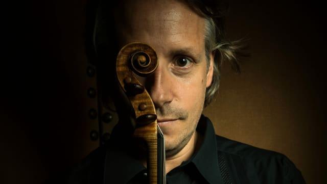 Mann mit Geige.