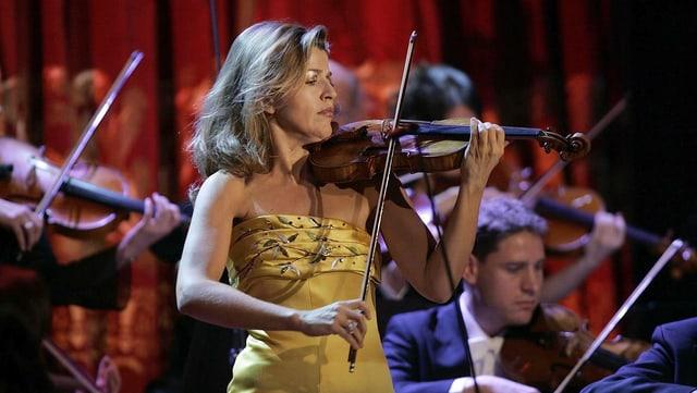 Eine Frau spielt eine Geige.