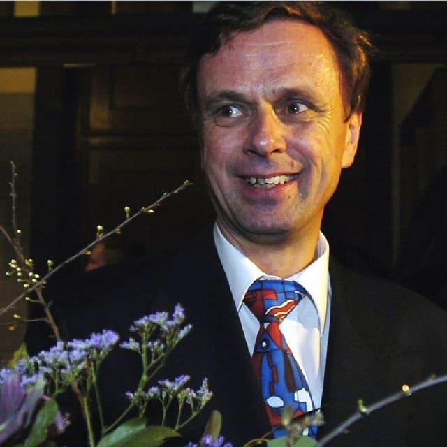 Hans-Jürg Käser mit Blumen.