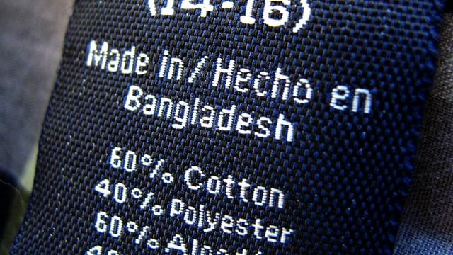 """Ein Kleiderschild mit der Aufschrift """"Made in Bangladesch""""."""