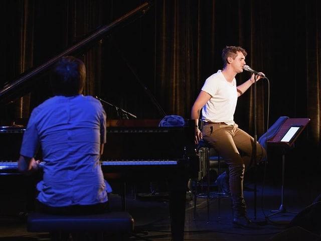 Seven und sein Pianist spielen auf der Bühne und geben alles.