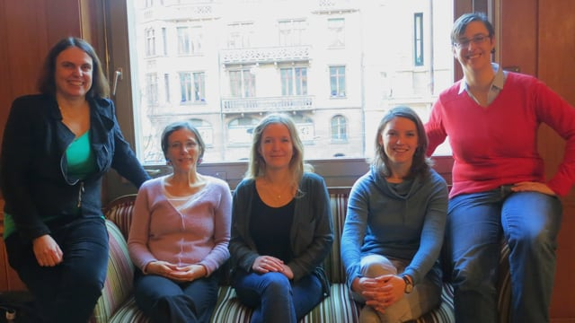 Fünf Frauen auf Sofa