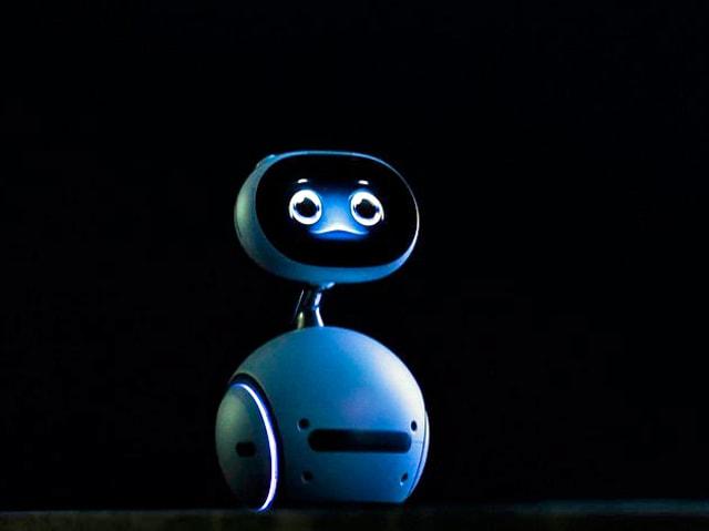 Der Roboter Zenbo vor schwarzem Hintergrund.