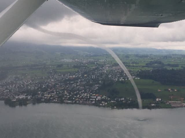 Wasserhose aus einem Kleinflugzeug gesehen.