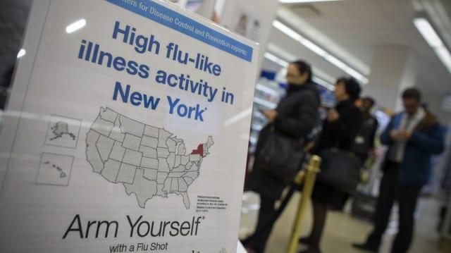 Menschen stehen in einer Apotheke in new York für die Grippe-Impfung an. (reuters)