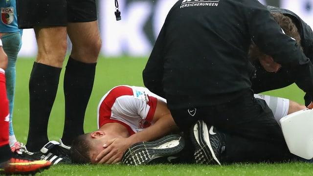 Dominik Kohr vergräbt am Boden liegend sein Gesicht.