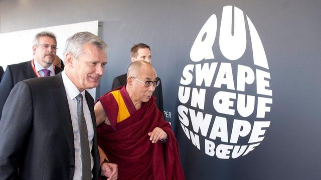 Der Dalai Lama nach der Veranstaltung mit Universitätsrektor Dominique Arlettaz.