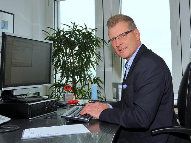 Heinz Tännler in seinem Büro der Baudirektion in der Stadt Zug.