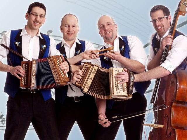Eine Volksmusikformation mit zwei Schwyzerörgelispielern und einem Kontrabassisten.