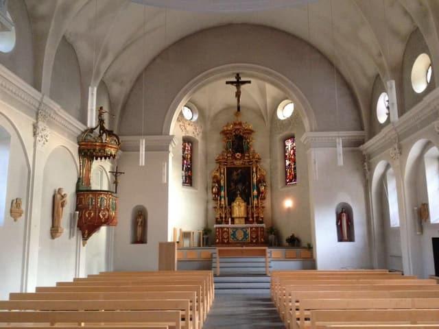 Inern da la baselgia parochiala Rabius senza ils altars laterals.