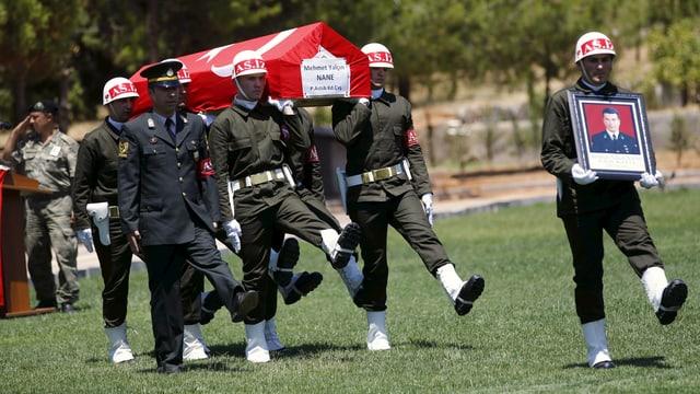 Die türkische Ehrengarde trägt einen von IS-Kämpfern getöteten Soldaten zu Grabe.